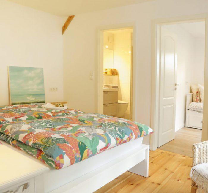 Schlafzimmer mit Zugang zu Bad und Kinderzimmer
